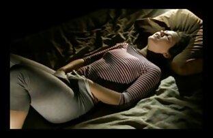 امرأة سمراء تفعل مثير فيلم هندي مع ملابسها على 1 2