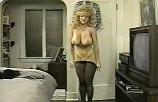 جوارب طويلة تظهر حمالة صدرها وتنورتها