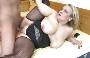 الأم مع كبير الثدي استغل من قبل ابنها وليس الشباب.
