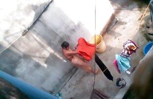 الأم البنغالية الاستحمام