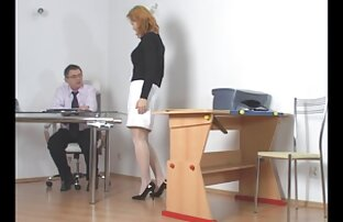 الطالب المشاغب يعاقب من قبل المعلم
