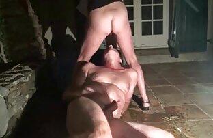 يشاهد الرجل وهو يمارس الجنس في الفناء ويأكل