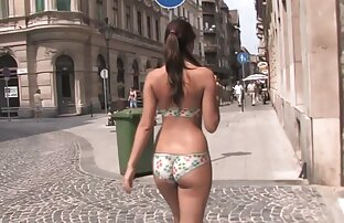 هل هي ترتدي البيكيني أم طلاء الجسم؟