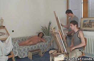 اثنين من الرسامين الشباب فرقعة الجدة عارية