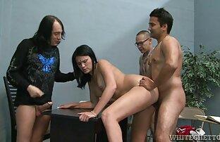 زوجة هندية مارس الجنس مع زوجها وصديقه.