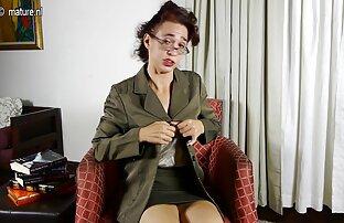 الأم البريطانية تلعب مع بوسها الرطب