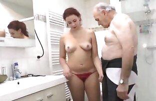 الجد يريد الاستحمام مع مراهقة ساخنة