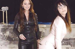 2 الفتيات الساخنة يرتدون الجلود مثليه femdom الثلاثي