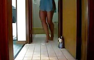 فتاة برازيلية ترقص في المنزل