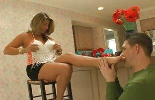 زوجة الأب تنظف قدميها بعد التسوق