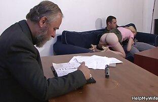 الزوج الأكبر يدفع لها ليمارس الجنس مع زوجته الشابة.