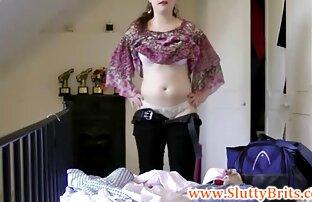 المرأة الإنجليزية الشابة تدخل في الشخصية